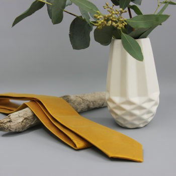 Krawatte aus Doupion-Seide in senfgelb