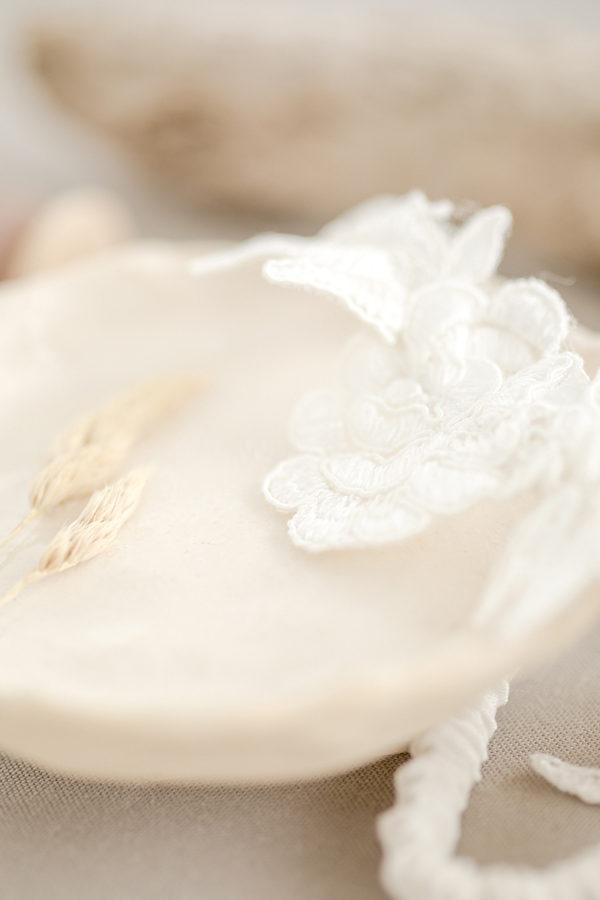 Strumpfband aus zarter Spitze und Seide in Creme