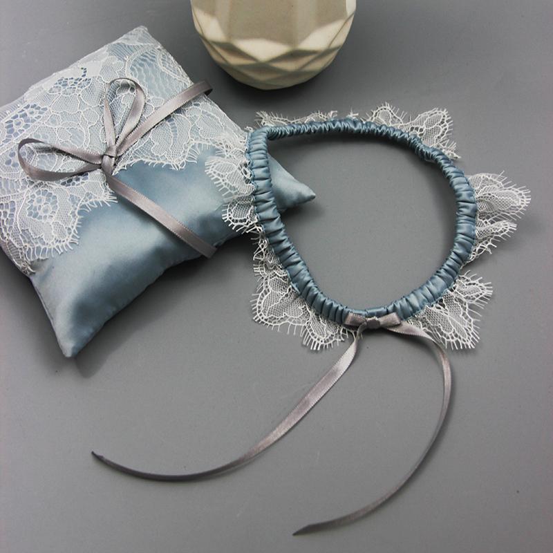 huge selection of 1eea6 02c42 Strumpfband aus zarter Spitze und Satin in Taubenblau für die Hochzeit