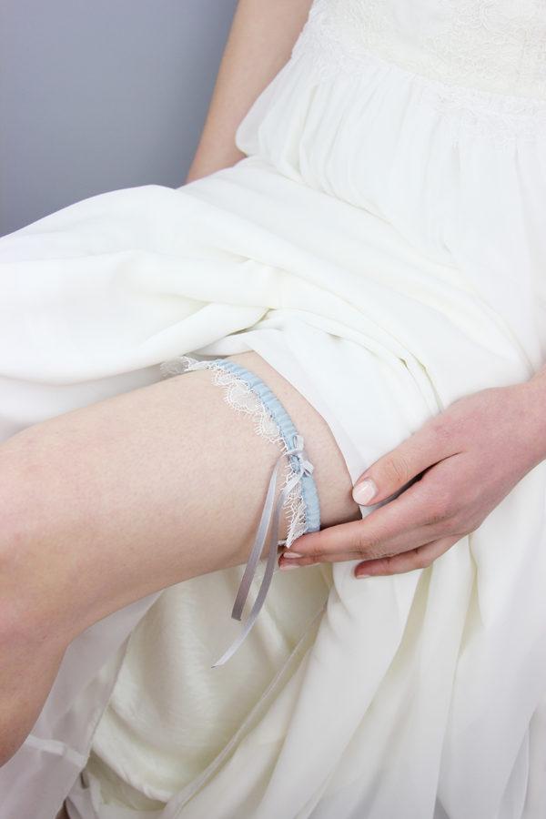 Strumpfband aus zarter Spitze und Satin in Taubenblau