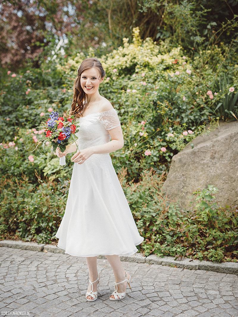 Saskia trägt ein kurzes Vintage-Kleid zu ihrer Hochzeit in Leipzig