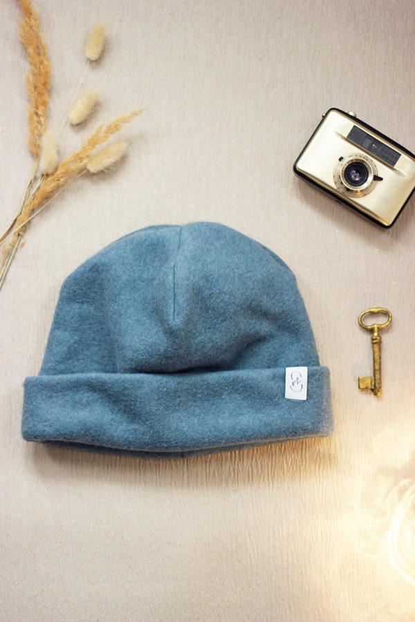 nachhaltige Beanie-Mütze aus Bio-Baumwollfleece in Taubenblau