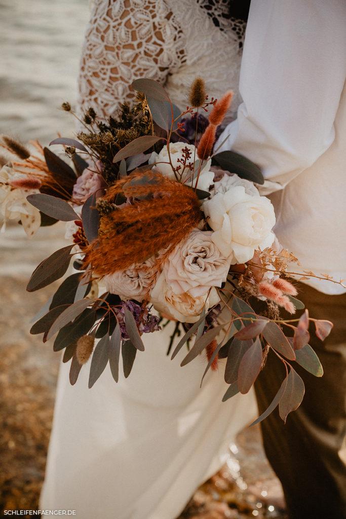 Boho Ikebana Brautstrauß in erdigen Tönen