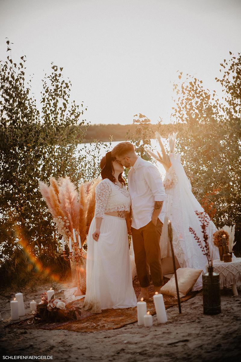 Boho-Hochzeit am Strand mit nachhaltigem Zweiteiler